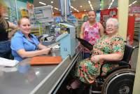 """Ilse Kohl, 75: """"embarca"""" em cadeira de rodas em dia de rancho"""
