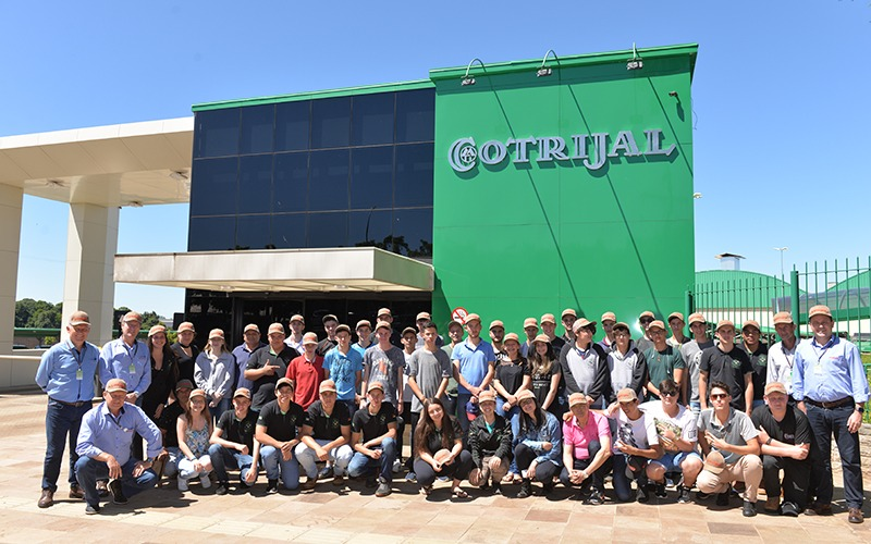 Alunos da EEPROCAR visitam a Cotrijal